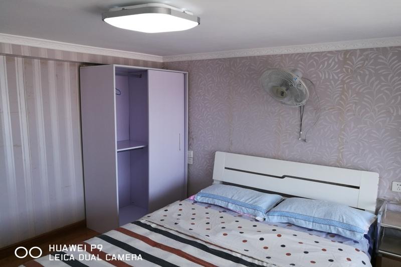 5米双人床,大飘窗,空调壁扇任选降温,大衣柜床头柜放.图片